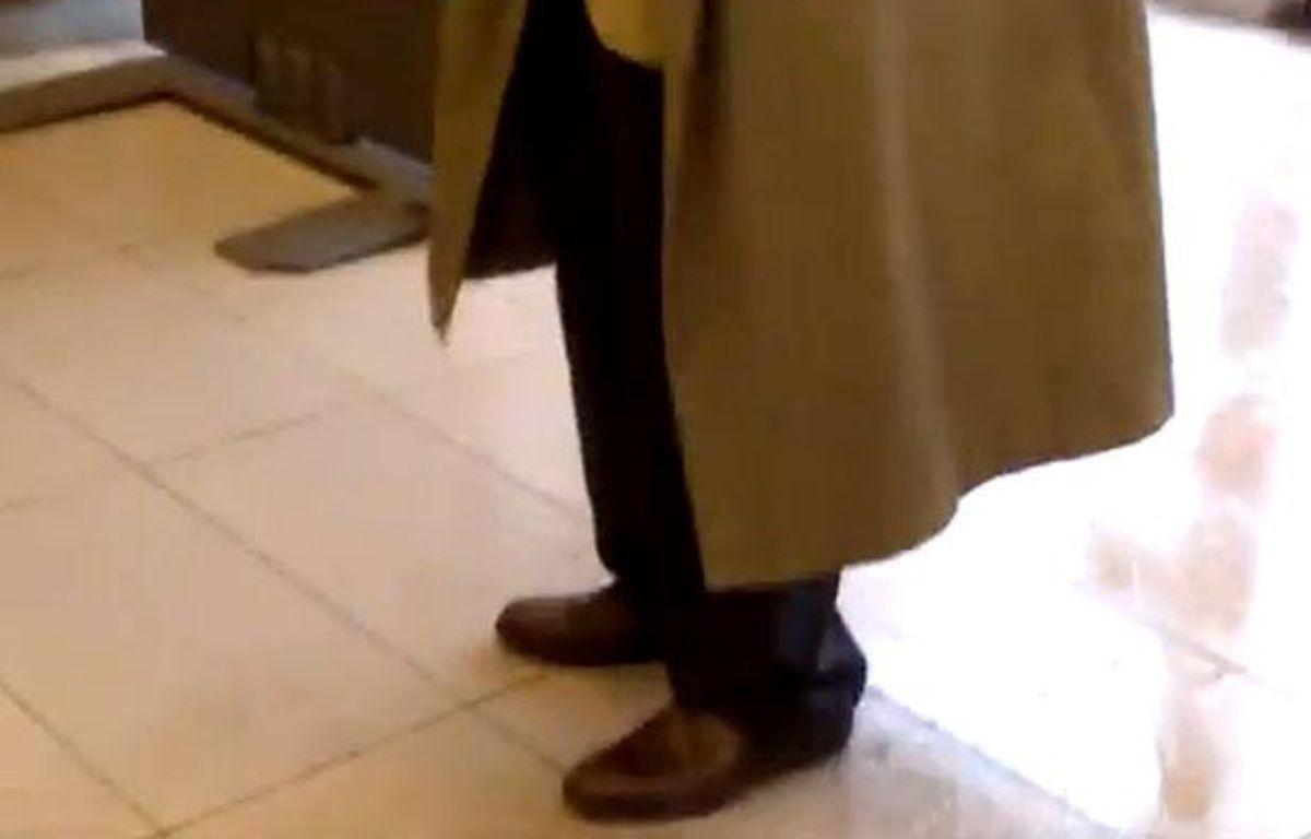 Dans une vidéo publiée le 17 octobre sur Internet, un homme furtivement  filmé, s'en prend à une agente de la SNCF dans la gare de Viroflay – Capture YouTube