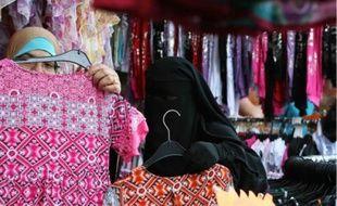Les femmes portant le voile intégral (ici, un niqab) seraient environ deux mille en France.