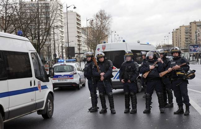 French police officers arrive to take up positions near Porte de Vincennes in Paris on January 9, 2015, after at least one person was injured when a gunman opened fire at a kosher grocery store and took at least five people hostage, sources told AFP. The attacker was suspected of being the same gunman who killed a policewoman in a shooting in Montrouge in southern Paris on January 8. AFP PHOTO / LOIC VENANCE