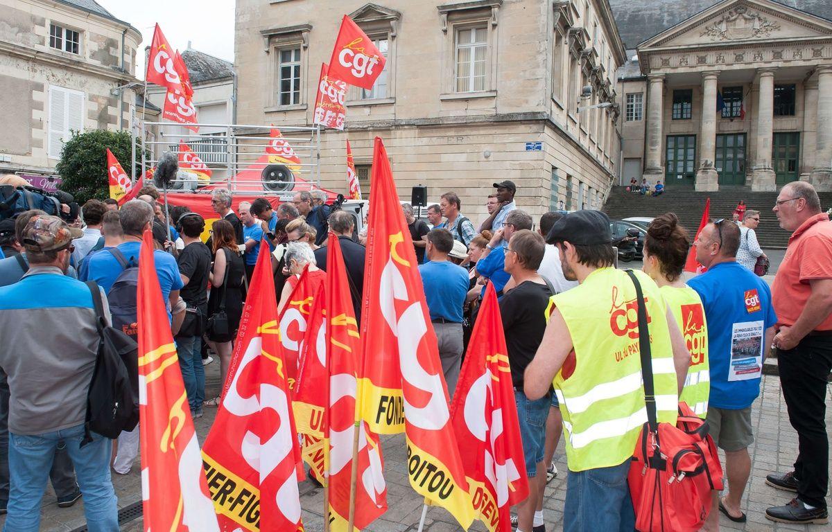 Les salariés de GM&S devant le tribunal de commerce de Poitiers, le 22 juin 2017.  –  Jean Michel Nossant/SIPA