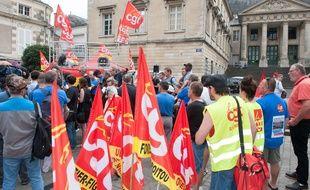 Les salariés de GM&S devant le tribunal de commerce de Poitiers, le 22 juin 2017.
