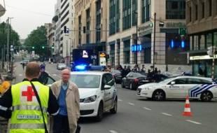 Des voitures de police bloquent l'accès à un centre commercial à Bruxelles, le 21 juin 2016