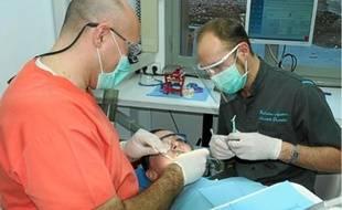 Les dentistes du centre seront tous salariés et aidés par de nombreux assistants.