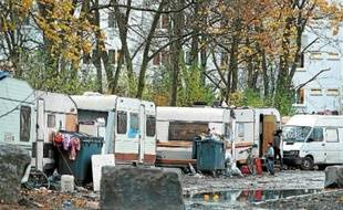 Le campement Rom, à côté de la résidence universitaire Bachelard, à la Cité scientifique.