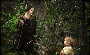 Angélina Jolie et sa fille Vivienne dans Maléfique.