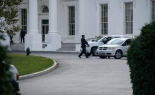 Des agents du Secret Service américain devant la Maison Blanche, le 23 octobre 2014 à Washington