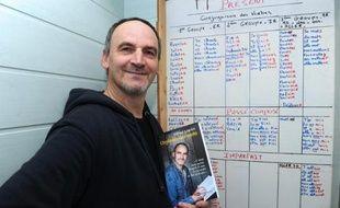 """Gérard Louviot pose avec son livre """"Orphelin des mots"""" à Plougonven, en Bretagne, le 6 novembre 2014"""