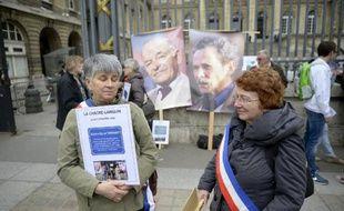 Manifestation de soutien à Raymond Mis (affiche de gauche) et Gabriel Thiennot le 17 mars 2014 à Paris, devant le palais de justice