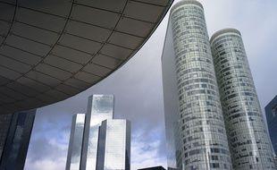 Le complexe immobilier Coeur de Défense (à droite) où Orange Business Services, filiale du groupe Orange, loue onze étages de bureaux qu'elle a inscrit à Cube 2020, championnat national des économies d'énergie..