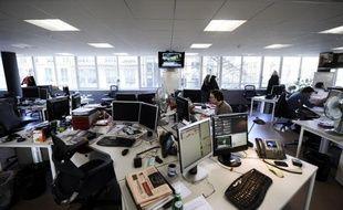 Pendant la période estivale, la plupart des entreprises françaises acceptent - avec quelques réserves - que leurs employés troquent vestes ou tailleurs contre des tenues plus légères et plus décontractées pour venir travailler.