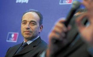 François Fillon (à g.) estime qu'il a remporté l'élection pour la présidence de l'UMP contre Jean-François Copé (à dr.) avec 26 voix d'avance.