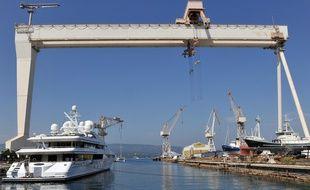 Un yacht sur le port de La Ciotat