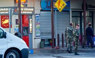 La scène de crime où deux militaires ont été tués et un autre grièvement blessé dans une fusillade devant un distributeur de billet a proximité de la caserne par Mohamed Merah, le 15 mars 2012 à Montauban.