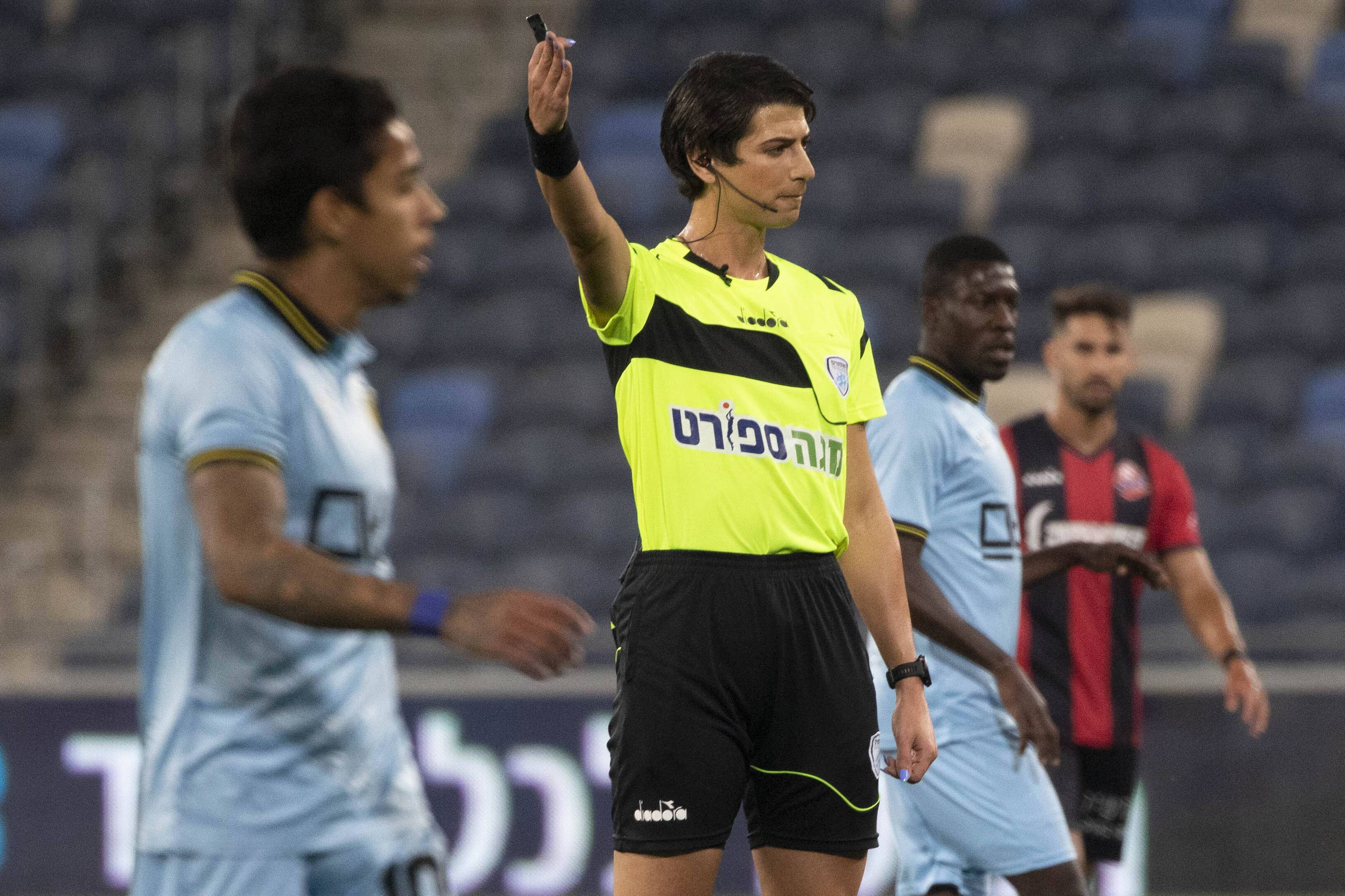648x415 l arbitre sapir berman lors du match entre hapoel haifa et beitar jerusalem le 3 mai 2021