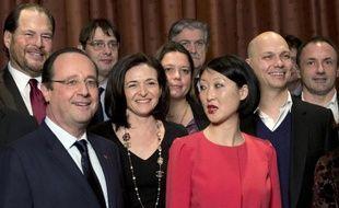 François Hollande, aux côtés de Sheryl Sandberg, la directrice des opérations de Facebook et de Fleur Pellerin, la ministre déléguée à l'Innovation et à l'Economie numérique, lors de sa visite à San Francisco, le 12 février 2014.