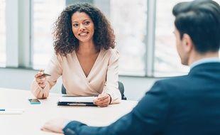 La loi impose aux employeurs de réaliser un entretien professionnel avec leurs salariés tous les deux ans.