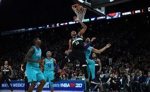 Giannis Antetokounmpo marque contre les Charlotte Hornets dans le cadre des NBA Paris Games 2020, le 24 janvier 2020 à Paris, à l'AccorHotels Arena.