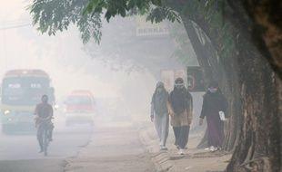 Indonésiens dans la fumée à Sumatra, le 8 octobre 2015.