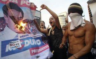 L'opposition a appelé mardi le pouvoir au dialogue au Venezuela, renonçant à un grand rassemblement mercredi à Caracas, après des manifestations qui ont fait sept morts et une soixantaine de blessés dans ce pays, plongé dans une crise politique depuis l'élection de Nicolas Maduro.