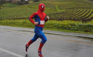L'ultra-traileur Ian Sharman courant le Napa Valley Marathon en costume de Spiderman