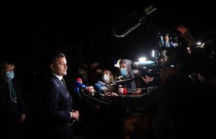 Gérald Darmanin, ministre français de l'Intérieur, donne une conférence de presse au commissariat d'Avignon après qu'un officier français a été tué lors d'une opération anti-drogue à Avignon le 5 mai 2021.