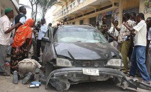 Un député et ancien ministre somalien a été tué lundi dans l'explosion de la voiture qu'il devait conduire et plusieurs passants alentours ont également été blessés, dans la capitale somalienne Mogadiscio, a-t-on appris auprès de responsables policiers et de témoins.