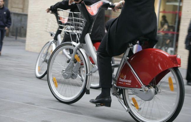 Toulouse, un cycliste utilisant le système de location de vélos en libre service
