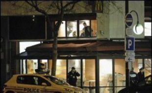 Un policier a tué par balle un supporteur du PSG et en a blessé gravement un autre jeudi soir, apparemment en se portant au secours d'un supporteur israélien en marge du match PSG - Hapoël Tel-Aviv qui s'est tenu au Parc des Princes à Paris.