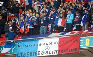 Les supporters français rendent hommage aux victimes, le 17 novembre 2015 à Londres.