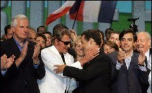 """""""Je veux vous redonner l'envie d'avoir envie"""", a-t-il lancé, citant Johnny Hallyday, qui a assisté au premier rang à son discours. A son arrivée dans la salle au son de """"l'envie"""", Nicolas Sarkozy avait donné une accolade au chanteur."""