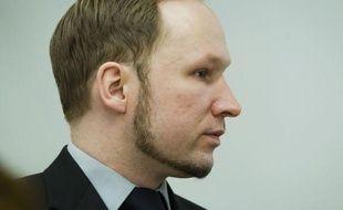 """Le procès d'Anders Behring Breivik, jugé pour la mort de 77 personnes l'an dernier en Norvège, a connu son premier incident sérieux vendredi quand le frère d'une victime a jeté une chaussure en direction de l'accusé en hurlant """"Tu es un tueur, va en enfer"""""""