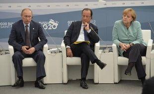 Le président russe Vladimir Poutine (g), le président français François Hollande (c) et la chancelière allemande Angela Merkel au sommet du G20 à Saint-Petersbourg le 6 septembre 2013