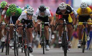 Mark Cavendish, Philippe Gilbert et Jesus Rojas se disputent le sprint au Cap Fréhel, le 6 juillet 2011