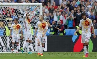 La tristesse des Espagnols après leur élimination face à l'Italie en 8e de finale de l'Euro, le 27 juin 2016 au Stade de France.