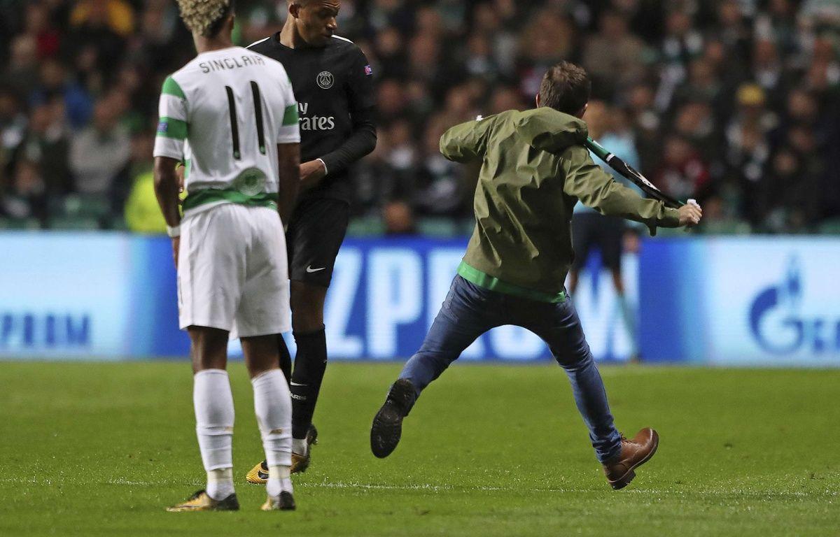 Mbappé esquive aussi bien les tacles des joueurs du Celtic que les coups de bottes de ses supporters.  – Andrew Milligan/AP/SIPA