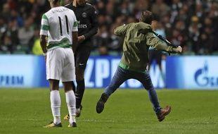 Mbappé esquive aussi bien les tacles des joueurs du Celtic que les coups de bottes de ses supporters.