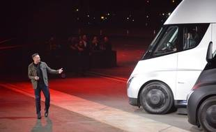 Le fondateur de Tesla Elon Musk présente son semi-remorque électrique le 16 novembre 2017 à Hawthorne en Californie.