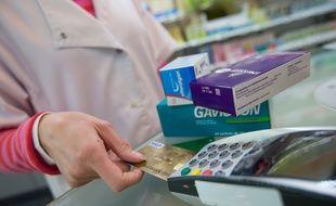 Paiement de médicaments en pharmacie (illustration)