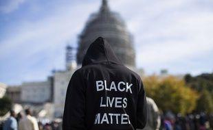 Un manifestant porte dans le dos l'inscription «les vies des Noirs comptent», à Washington, le 10 octobre 2015.