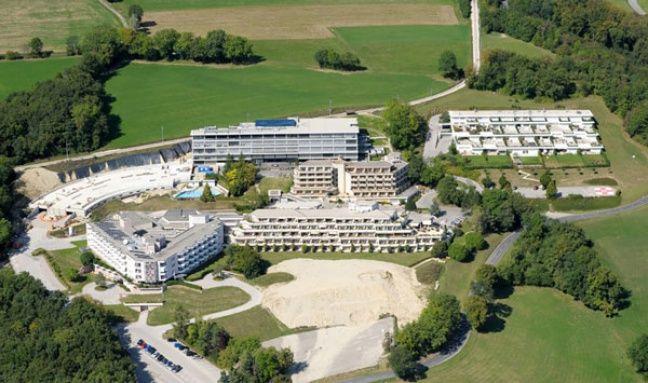 Si on a tout bien compris, Michel Platini vit quelque part dans ce grand ensemble, en Suisse.