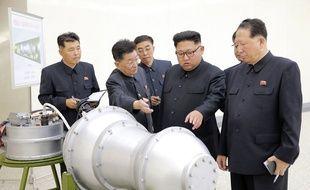 Kim Jong-un examine un objet cylindrique sur cette image diffusée par l'agence nord-coréenne KCNA le 2 septembre 2017.