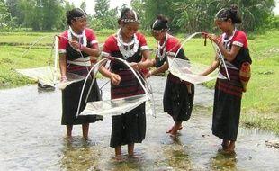 Une vidéo montrant des femmes issues d'une tribu primitive protégée en train de danser pour des touristes en échange de nourriture sur les îles Andaman, en Inde, a provoqué la colère de militants et d'hommes politiques et déclenché l'ouverture d'une enquête.