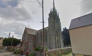 Vue de l'église de Trévérec dans les Côtes d'Armor, où une future mariée est descendue en rappel.