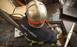 Un pompier intervient qui intervient à Toulouse.