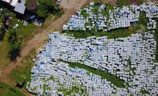 Des dizaines de milliers de bouteilles d'eau destinées aux victimes de l'ouragan Maria sont aperçues le 28 juillet 2019 dans un terrain vague à Dorado, à 40 km à l'ouest de San Juan.