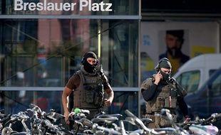 Des policiers devant la gare de Cologne, en Allemagne, le 15 octobre 2018.