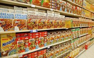 Illustration: Des paquets de céréales dans un rayon du supermarché Carrefour de Sénart le 27 août 2002.