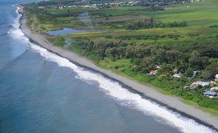 Une photo aérienne de la plage Saint André à La Réunion où la première pièce du vol MH370 a été découverte vendredi 7 août.