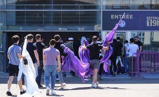 Les supporters du TFC, devant le Stadium de Toulouse, vendredi.