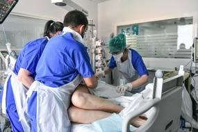 Un patient en soin intensif au CHU de Bordeaux, le 2 avril 2021 (Illustration)